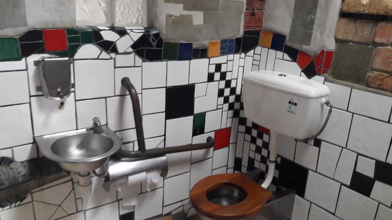 Wie praktisch, dass wir genau hier Pipi mussten, die Toiletten von Hundertwasser in Kawakawa, Neuseeland | wat-erleben