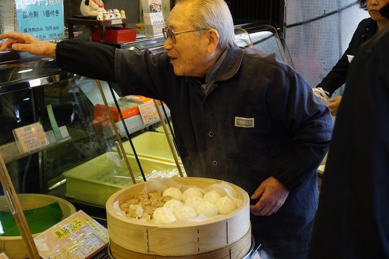 Wir können den Markt ja schlecht verlassen, ohne gegessen zu haben, Tsukiji-Outer-Market, Tokio | wat-erleben