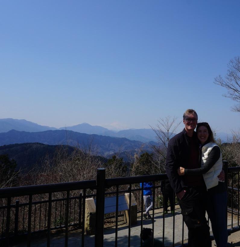 Wir und der Mount Fuji beim genauen Hinsehen links neben uns, Mont Takao, Tokio | wat-erleben