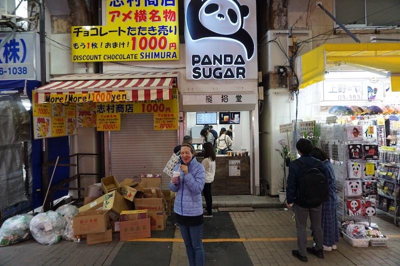 Wir wollten es schon seit Ewigkeiten ausprobieren...das erste Mal Bubble Tea getrunken, es wird ein einmaliges Erlebnis bleiben. Man beachte auch den tollen Hintergrund, Tokio | wat-erleben