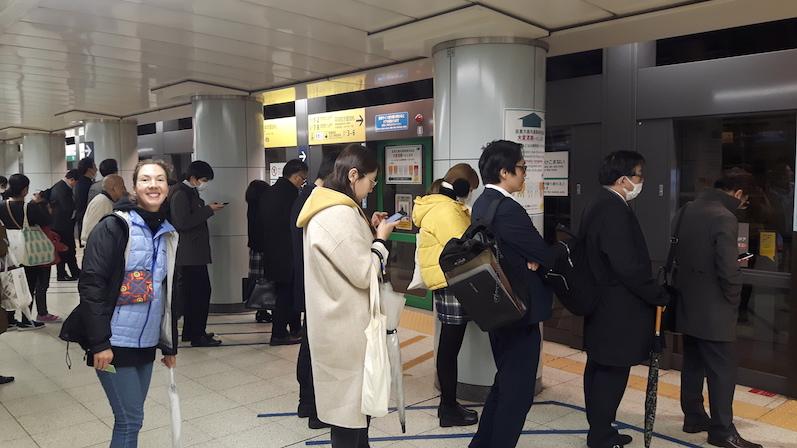 Zwei Reihen nebeneinander, ganz viele hintereinander, so stellt man sich an, Tokio, Japan |wat-erleben
