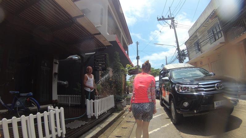 10 Meter weiter war die Kleidung bereits durchweicht, Songkran, Koh Phangan | wat-erleben