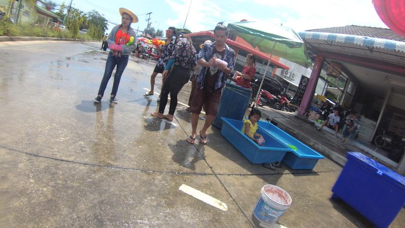 An jeder Straßenecke stehen Eimer und Tonnen, um den Wasservorrat aufzufüllen, Songkran, Koh Phangan | wat-erleben