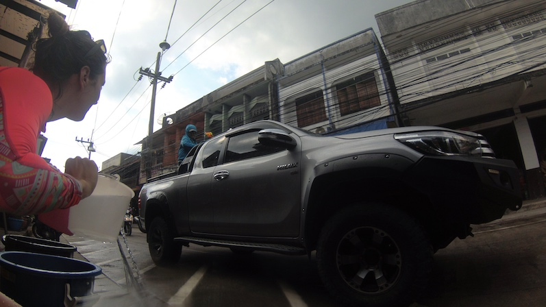 Die Einheimischen fahren hier vor allem mit Wassertanks auf der Ladefläche ihrer Pick-ups, ausgestattet natürlich mit Eimern und Wasserpistolen, Songkran, Koh Phangan | wat-erleben