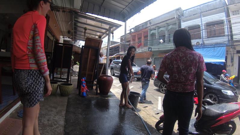 Die Szene, als wir unser Zimmer verließen und von unserer Hotel-Besitzerin begrüßt wurden. Als wir nachher duschen wollten, gab es nur tropfenweise Wasser,komisch. Songkran, Koh Phangan | wat-erleben