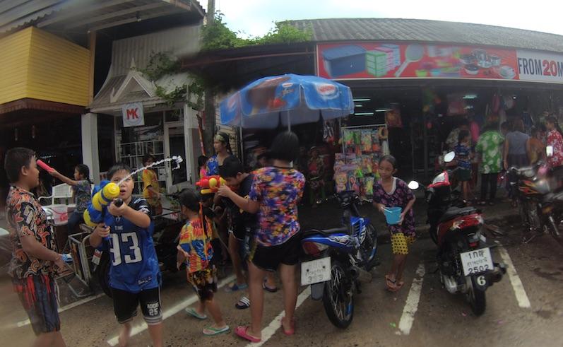 Die Wasserpistolen waren eher harmlos, Songkran, Koh Phangan | wat-erleben