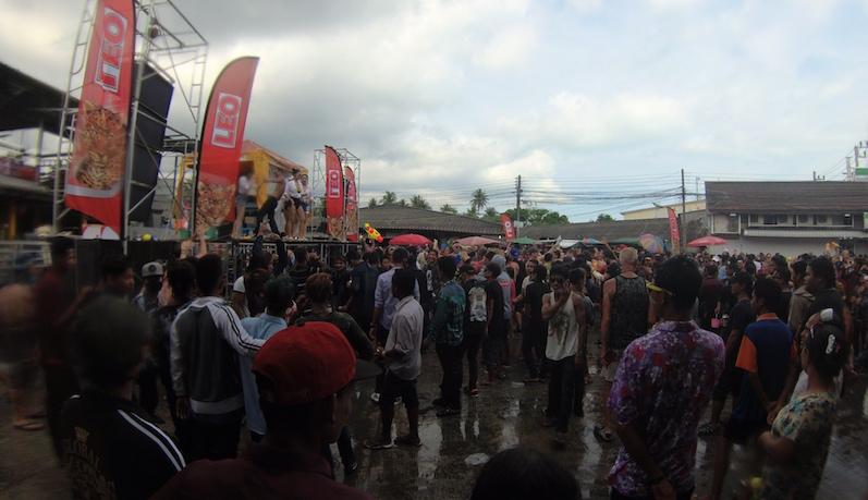 Es gab sogar eine Party auf dem Marktplatz mit DJ, der da übrigens gerade tanzt und nicht auflegt. Neben Bass hat man jedoch nicht viel gehört, Songkran, Koh Phangan | wat-erleben