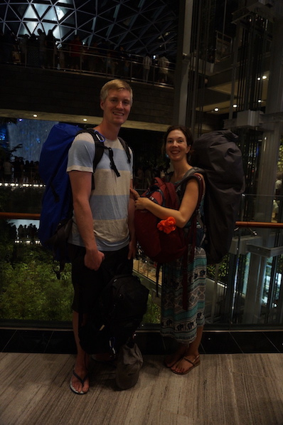 Mit dem Rucksack wären wir nicht durch die Menschenmassen hin zum Wasserfall gekommen, Singapur | wat-erleben