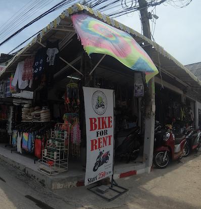Neben Batik-Shirts für die Vollmond-Party-Liebhaber, gibt es das Benzin hier überall litterweise zum Selbstabfüllen für den Roller zu kaufen, Koh Phangan | wat-erleben