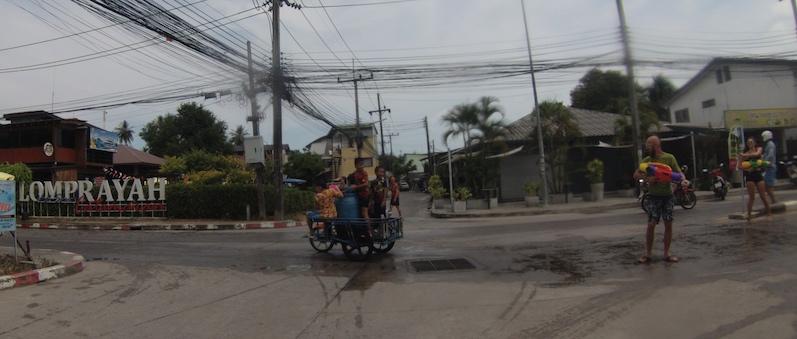 Neben Pick-Ups wird auch dieses Gefährt von Thais zur Wasserschlacht genutzt, Songkran, Koh Phangan | wat-erleben