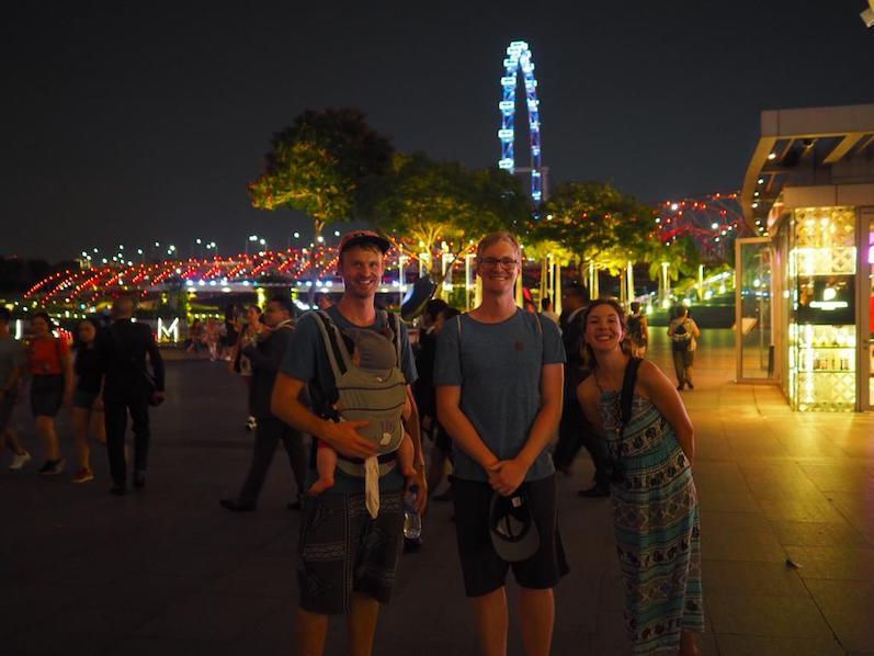 Romy hat sich als Spieluhr verkleidet, zur Unterhaltung einfach am Band ziehen, Singapur | wat-erleben