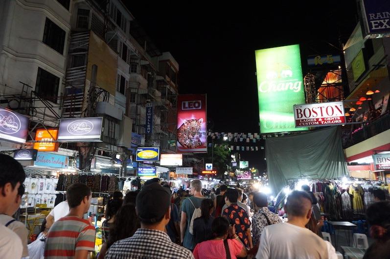Selbst für thailändische Verhältnisse ist auf der Khao San Road viel los, Bangkok |wat-erleben