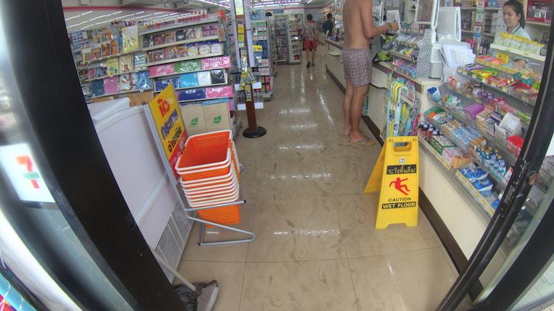Selbst in den Supermärkten herrscht Überflutung, Songkran, Koh Phangan | wat-erleben