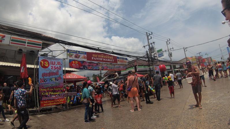 So sieht Thong Sala aus, wenn statt Marktständen Songkran gefeiert wird, Koh Phangan | wat-erleben