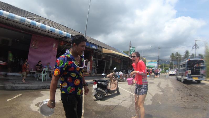 Warum ich so erschrocken gucke? Wenn man statt mit warmem Pipi-Wasser plötzlich mit Eiswasser übergossen wird, Songkran, Koh Phangan | wat-erleben