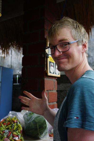 Bernd ist sich noch unschlüssig, ob sein Bauch die Chilis übersteht, Kochkurs Sidemen, Bali | wat-erleben