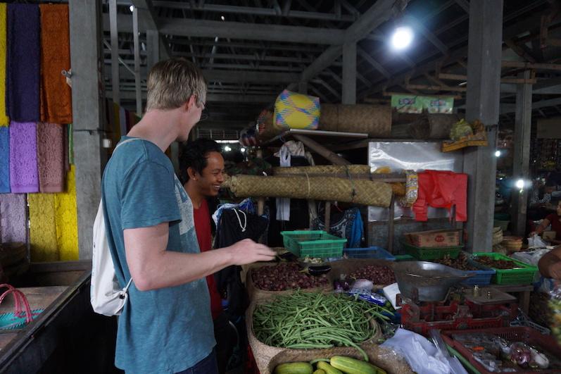 Bernds Handbewegung für sin lala= nicht scharf; auf dem Wochenmarkt, Sidemen, Bali | wat-erleben