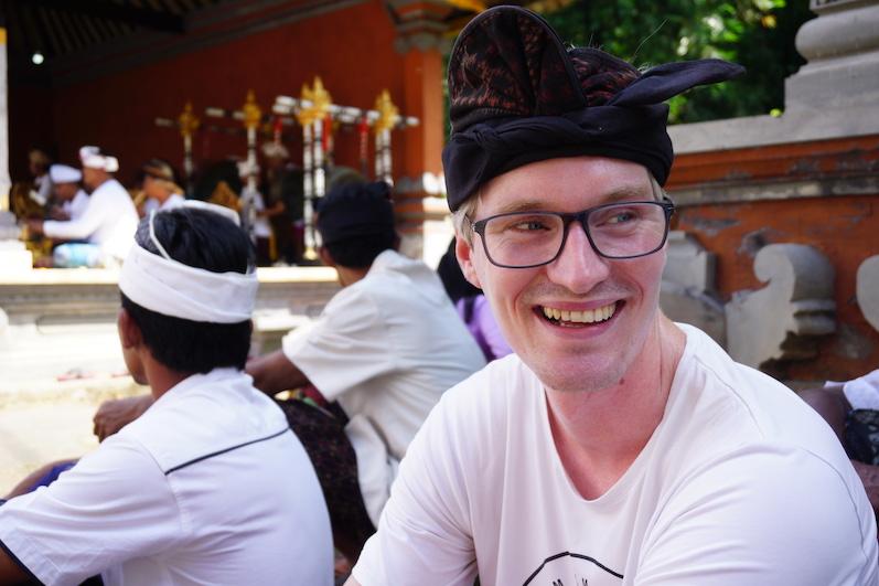 Bernds traditionelle Kleidung für die balinesische Zeremonie, Redang, Bali | wat-erleben
