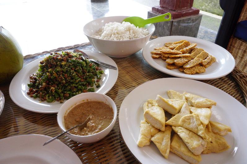 Das fertige Werk, Urap; Zutaten u.a. Tofu, Erdnuss, Bohnen, Knoblauch, Kokos..., Kochkurs Sidemen, Bali | wat-erleben