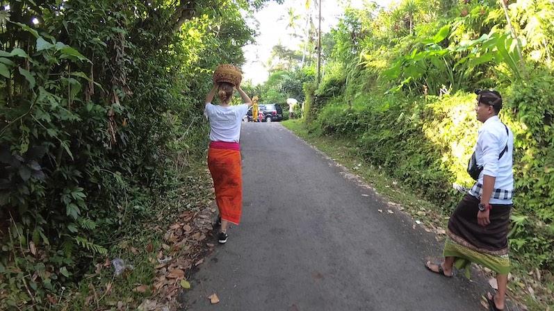 Die Frauen im Dorf tragen die schweren Körbe natürlich, ohne ihre Hände zu benutzen, Respekt; Redang, Bali | wat-erleben