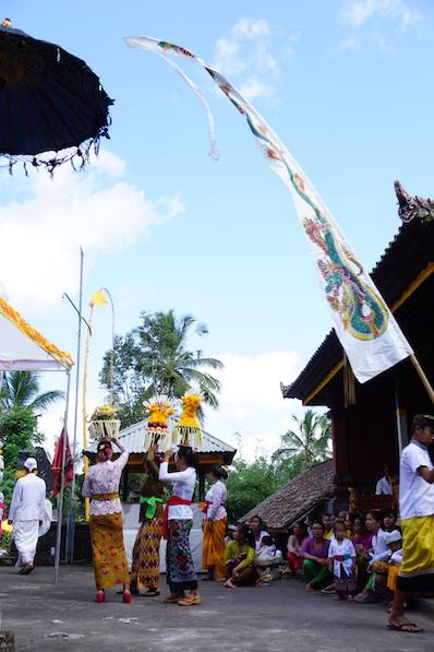 Die Frauen tragen Schalen oder Kisten mit Lebensmitteln zum Tempel, um diese segnen zu lassen; Redang, Bali | wat-erleben