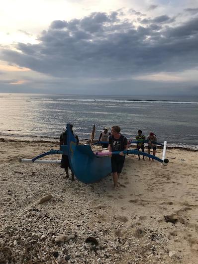 Die Jungs haben spontan mal mit angepackt, Strand in Uluwatu, Photocredit by Lara, Bali | wat-erleben