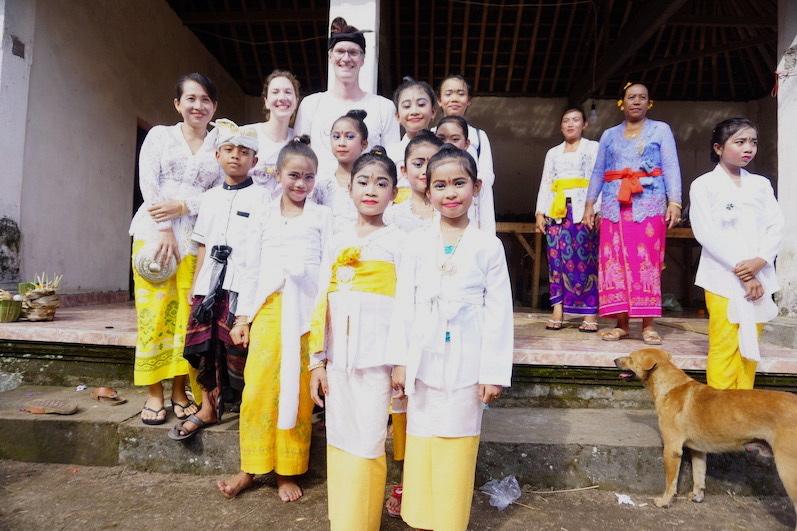 Ein Foto mit der Mädels-Tanzgruppe und Putras Cousin; Redang, Bali | wat-erleben