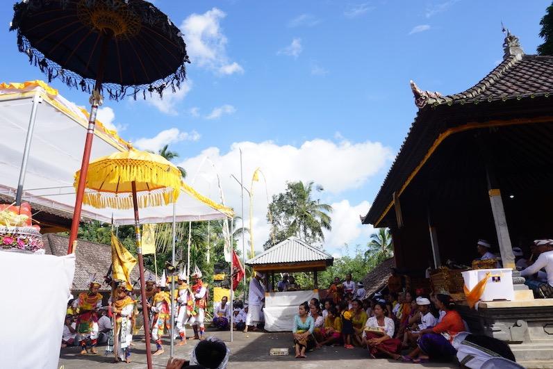 Fürs Tanzen benötigt man eine spezielle Ausbildung, ansonsten sitzt man wie die anderen Dorfbewohner und wir auf dem Boden und schaut zu; Redang, Bali | wat-erleben