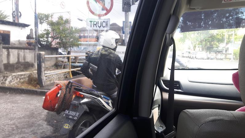 Hier auf Bali ist Surfen so angesagt, dass es eigene Vorrichtungen fürs Moped gibt. Einheimische erkennt man übrigens daran, dass sie was anhaben, im Gegensatz zu vielen Touristen, Bali | wat-erleben
