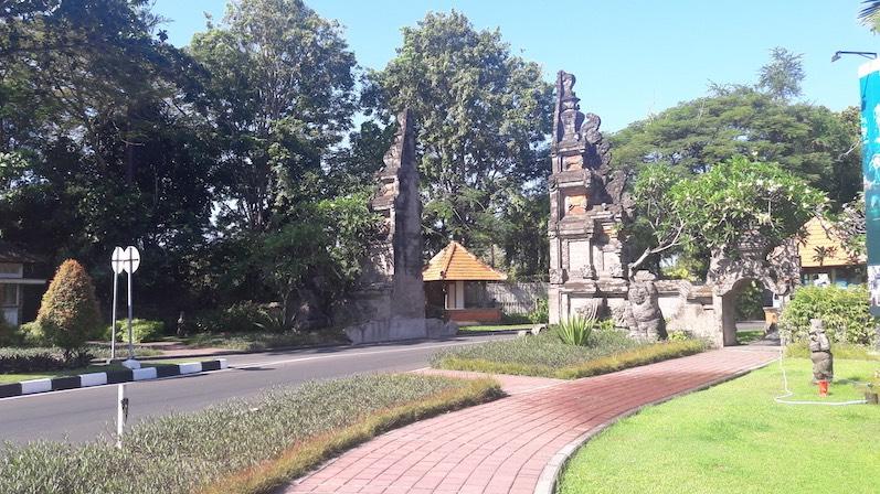 Hinter dem Eingang zur Hotelzone befindet sich der Sicherheitscheck, Nusa Dua, Indonesien |wat-erleben