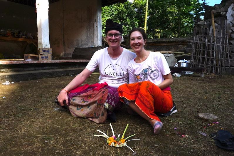Putra stattete uns mit traditioneller Kleidung für die Tempel-Zeremonie aus; Redang, Bali | wat-erleben