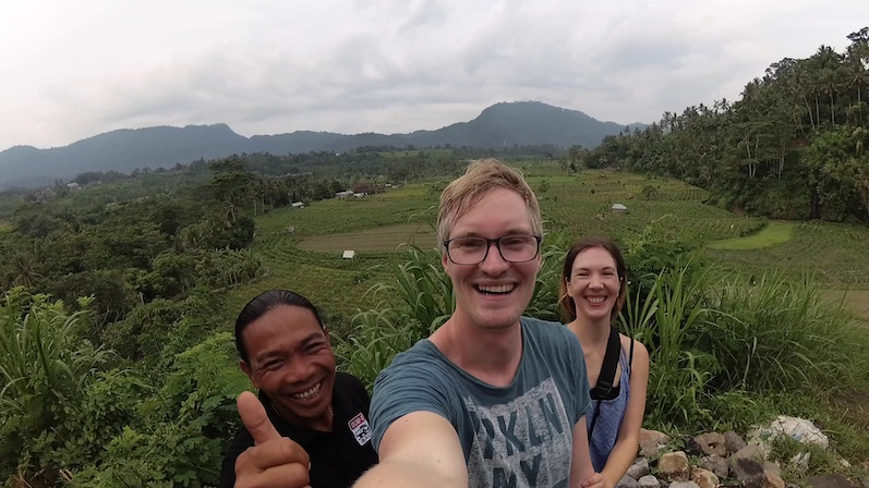 Selfie-Time während der Wanderung in den Feldern von Sidemen mit Mr. Windu, Bali | wat-erleben