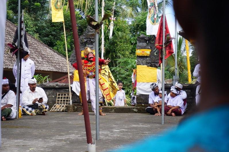 Traditioneller Tanz bei einer Tempel-Zeremonie; Redang, Bali | wat-erleben